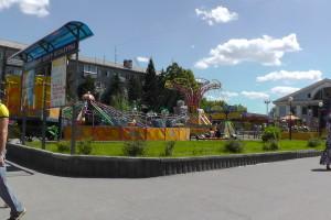 Парк аттракционов на площади ДК АВЗ в Новоалтайске