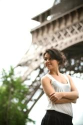 Элла Шишенина на фоне Эйфелевой башни