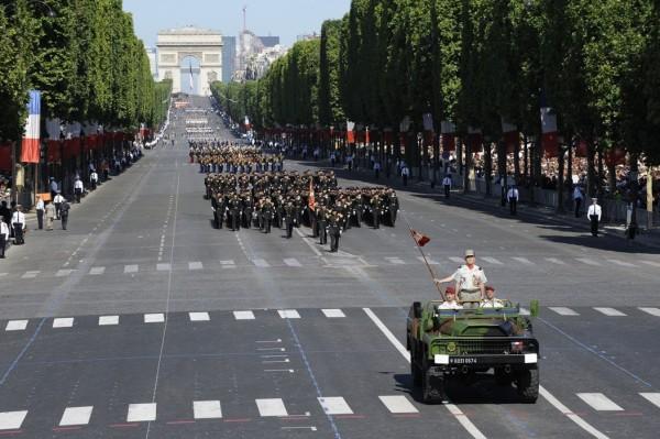 Парад на День взятия Бастилии на Елисейских полях. Элла Шишенина в первом ряду