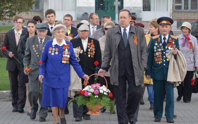 День Победы 9 мая 2014 года в Новоалтайске - возложение цветов к памятнику ветеранами и администрацией