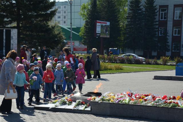Возложение цветов к обелиску Павшим воинам-новоалтайцам в Новоалтайске 2014-05-08