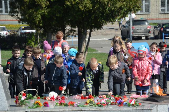 Возложение цветов к обелиску Скорби и Славы школьниками в Новоалтайске 2014-05-08