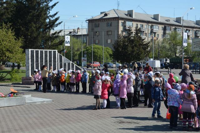 Возложение цветов к обелиску Скорби и Славы в Новоалтайске 2014-05-08