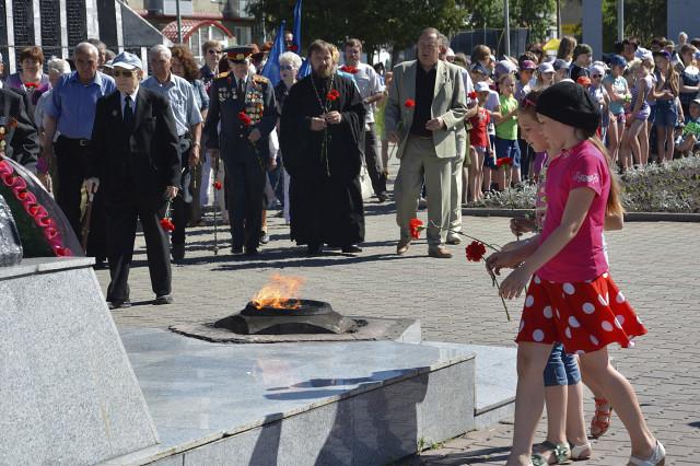 Новоалтайск. Митинг памяти и скорби 2014. Возложение цветов к Вечному огню.