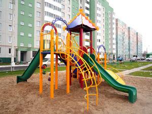 «Трямдия» подарила детям Новоалтайска игровые комплексы