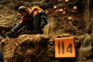В Денисовой пещере Алтайского края обнаружили древнейшую подвеску из зубов лося